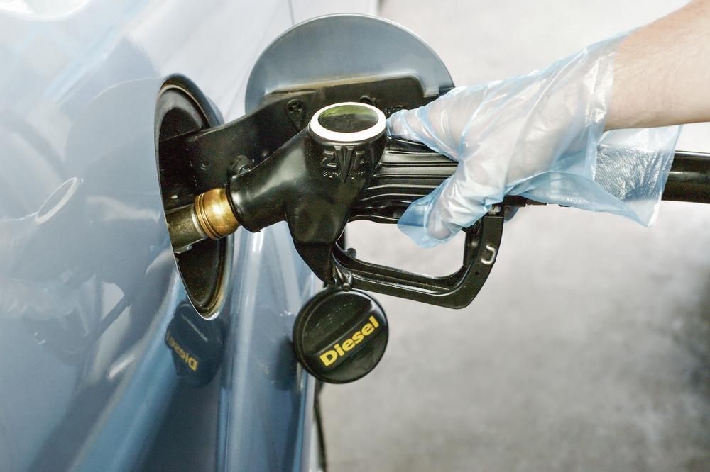 Na pištoljima za točenje benzina može se nalaziti korona – evo kako se treba ponašati na benzinskoj pumpi i kako biti bezbedan