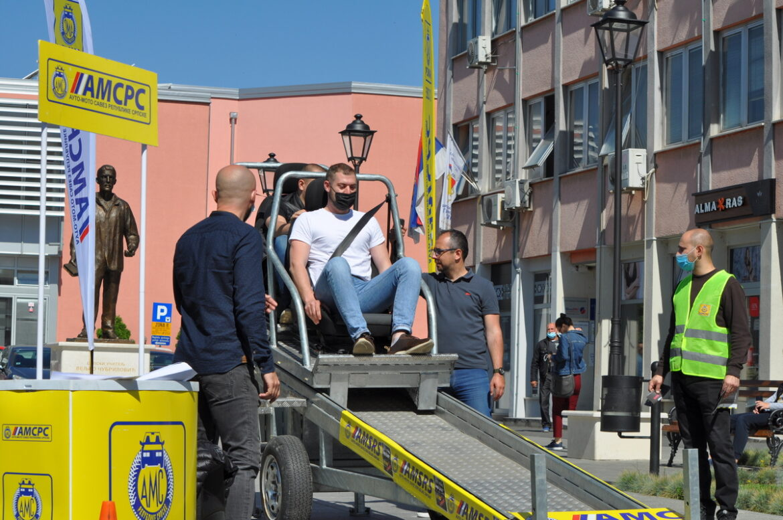 Мјештани Градишке тестирали реални симулатор употребе безбједносног појаса на тијело путника